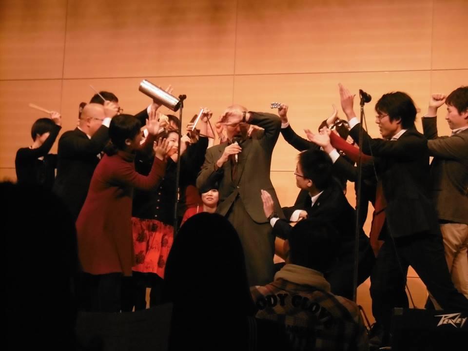 クリスマスのパランダで襲撃を受ける男性の物語を石橋純教授が歌い上げる。