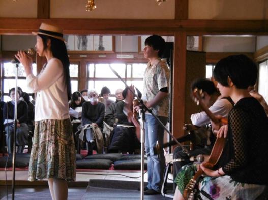 オロ・ネグロ」。演奏者をコの字型に囲む客席になっていて、お客さんとの距離が近く、一人ひとりの顔を見ながら演奏できた