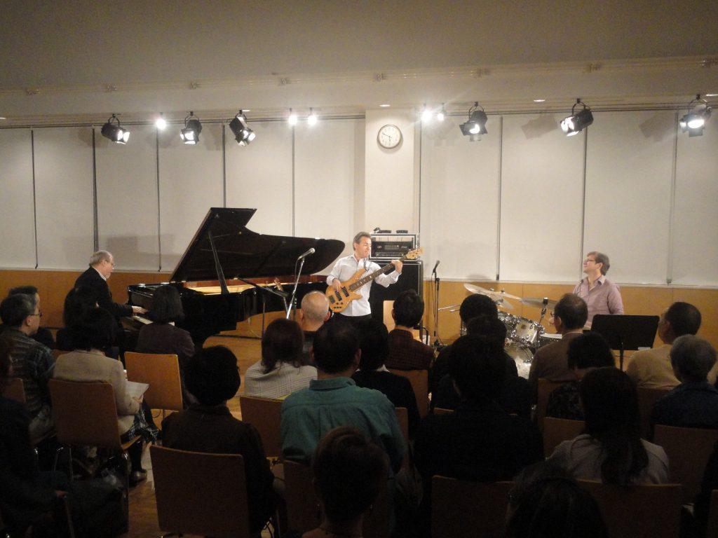 コンサートで演奏するトリオ・アルデマロ・ロメロ