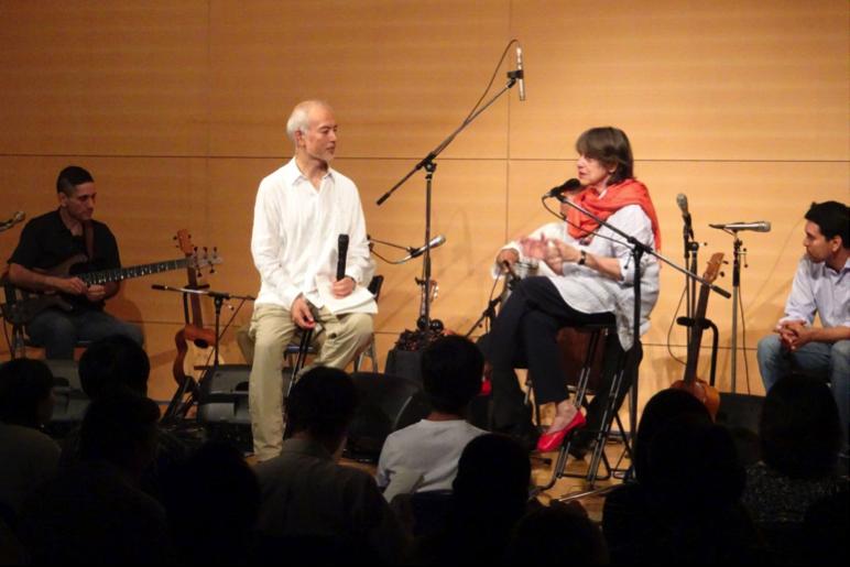 ベネズエラの音楽文化を観衆に語るセシリア・トッド(写真中央右)と通訳・司会の石橋・純教授(写真中央左)