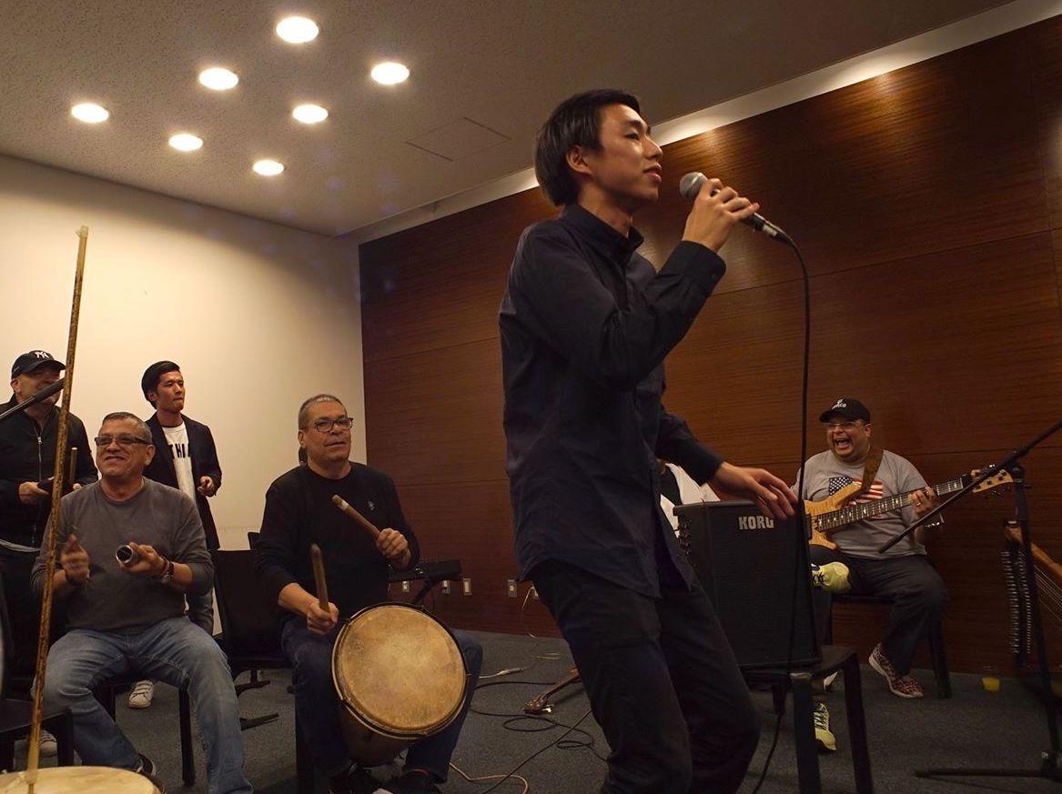 """グアコの代表曲""""Cepillao""""を、本人たちの演奏で歌う!"""
